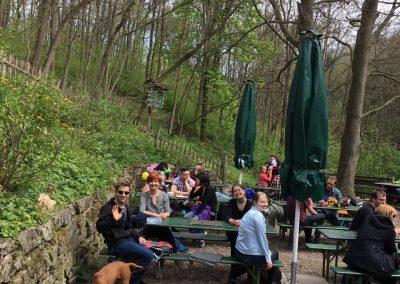 Das Praxisteam macht eine Mittagspause an der Grundmühle bei Erfurt