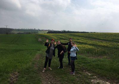 Das Praxisteam zwischen zwei Feldern bei Erfurt.